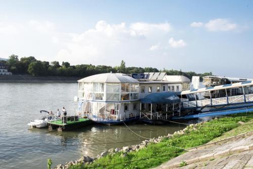 Klariskikoto-hajozas-elmenyprogram-elmenyajandek-yacht-budapest-budapestivarosnezes-motorcsonakberles-budapesten-hajo-berles-yacht-