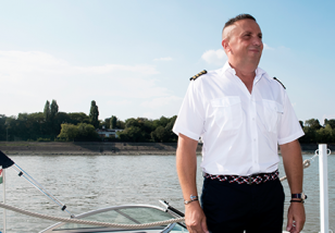 kapitany-skipper-captain-motorcsonak-motorcsonakazas-motorcsonakazasadunan-motorcsonakberles-Dunan-kolcsonzes-hajozas-Duna-elmenyhajozas-meglepetes